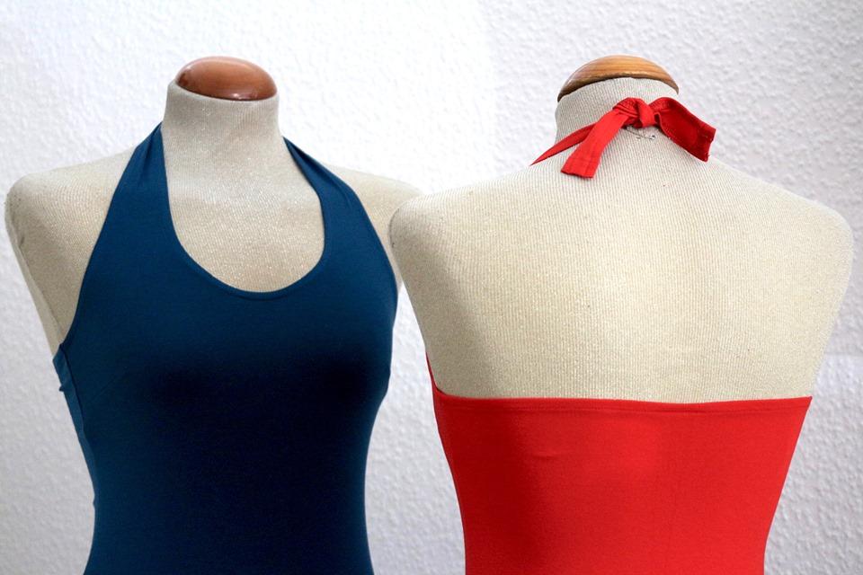 Tangomode Berlin: Das Foto zeigt zwei Schaufensterpuppen mit Neckholder-Tops in Blau und Rot.