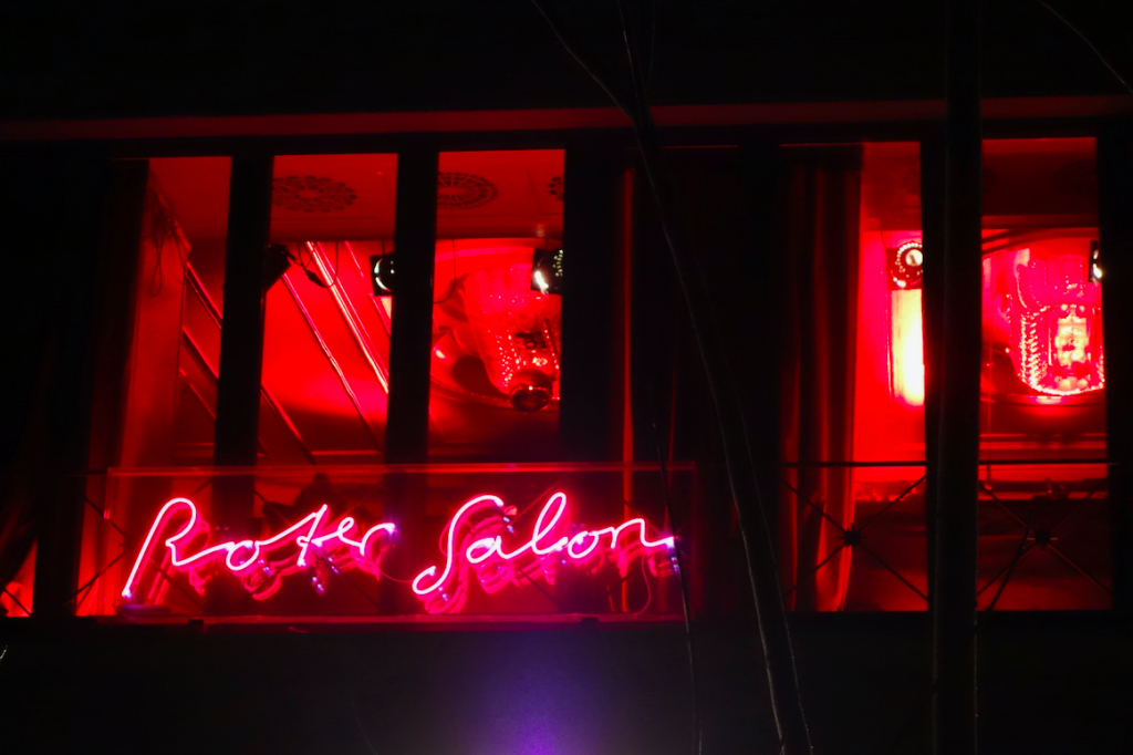 Blick von außen in die erleuchteten Fenster des Roten Salons. Die Milonga ist die älteste in der Geschichte des Tangos in Berlin.